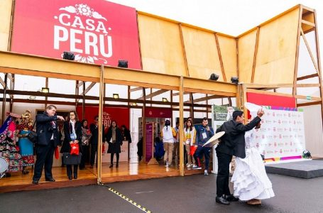 Atletas de Panamericanos recorren Casa Perú hecha de madera amazónica sostenible