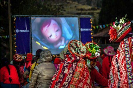 """Programa """"Mi Cine Comunitario"""" de PeruRail alegró a 2500 niños de Cusco"""