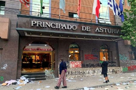 Chile: manifestantes destruyen y saquean lujoso hotel en Santiago