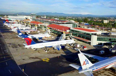 Costa Rica bajará precio del combustible de aviones para reactivar el turismo