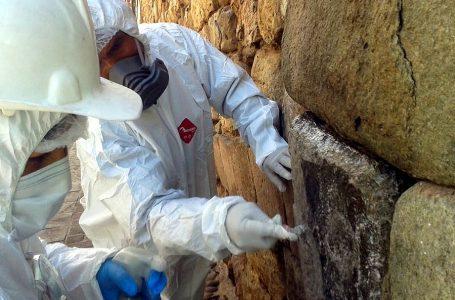 Limpian muro inca afectado con hollín en centro histórico de Cusco