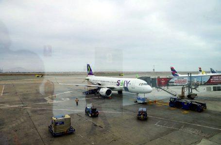 Cerca de 40 pasajeros sin prueba Covid-19 no pudieron abordar vuelo de Sky Airline en Santiago